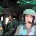 Η γυναίκα πιλότος ελικοπτέρου UH-1 Huey πάνω από την παρέλαση (Βίντεο)
