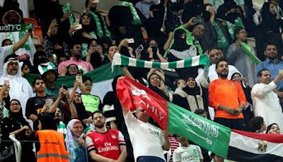 Supporter wanita di sepakbola Arab Saudi.