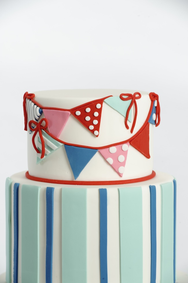How To Decorate Cakes with Fondant - via BirdsParty.com