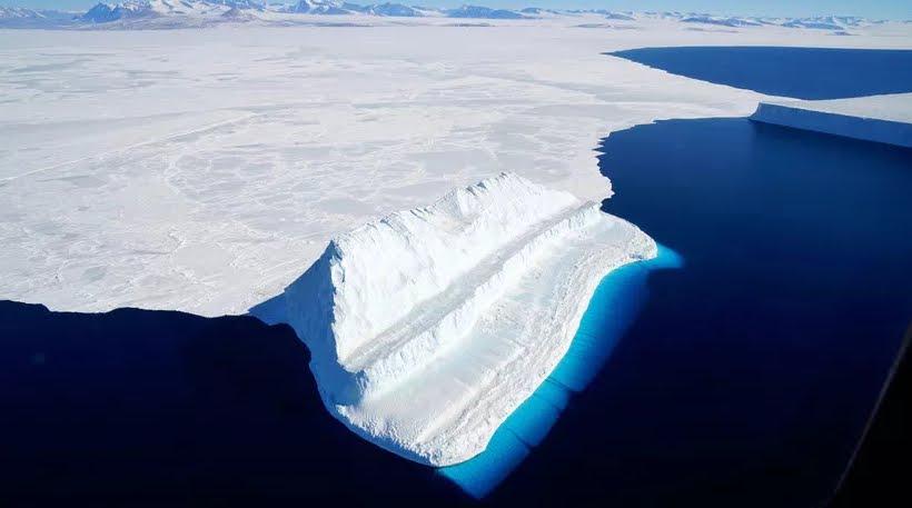 Ghiaccio in Antartide si piega sott'acqua per l'estate calda.