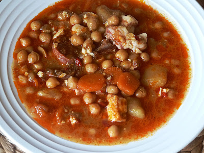 Garbanzos con chorizo, jamón y panceta