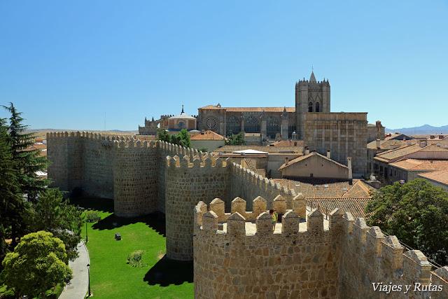 Muralla con la catedral de Ávila al fondo