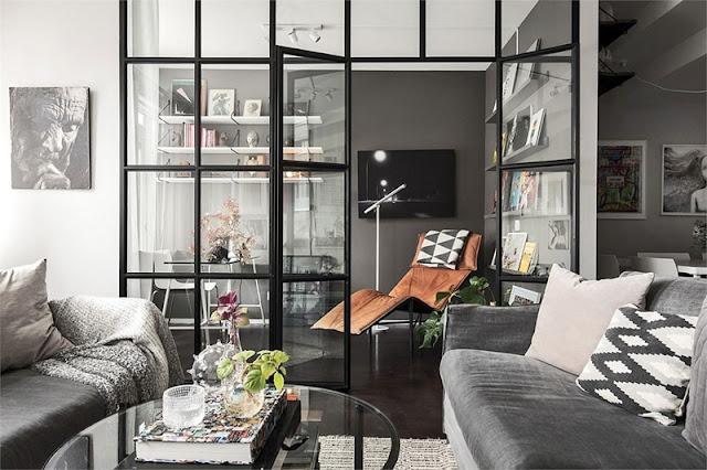Birou separat de un perete de sticlă în amenajarea unui apartament din Suedia