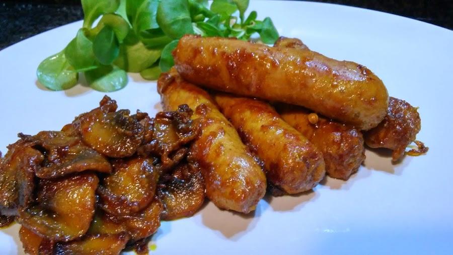 Salchichas al curry con champiñones
