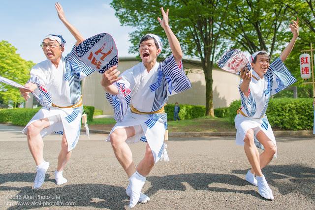 紅連の阿波踊りの舞台構成、男踊りの方々を小金井市体育館前で撮影した写真