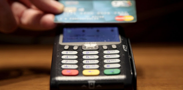 Μεγάλη προσοχή: Πορτοφολάδες με φορητά POS μπορούν να σας αδειάσουν τις χρεωστικές κάρτες (βίντεο)