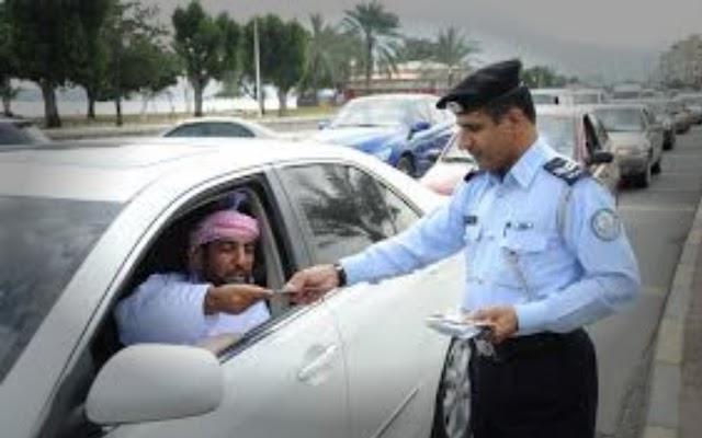 पुलिसवालो ने हेलमेट नही होने पर कार का काटा चालान बाद में ये दी सफाई
