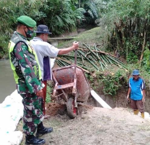 Personel Jajaran Kodim 0207/Simalungun Laksanakan Gotong Royong Bersihkan Drainase