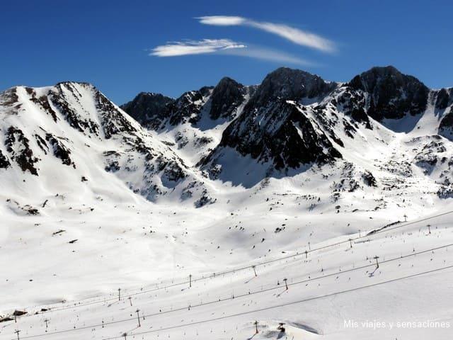 Paraje alpino que rodea el pueblo de Pas de la Casa, Andorra