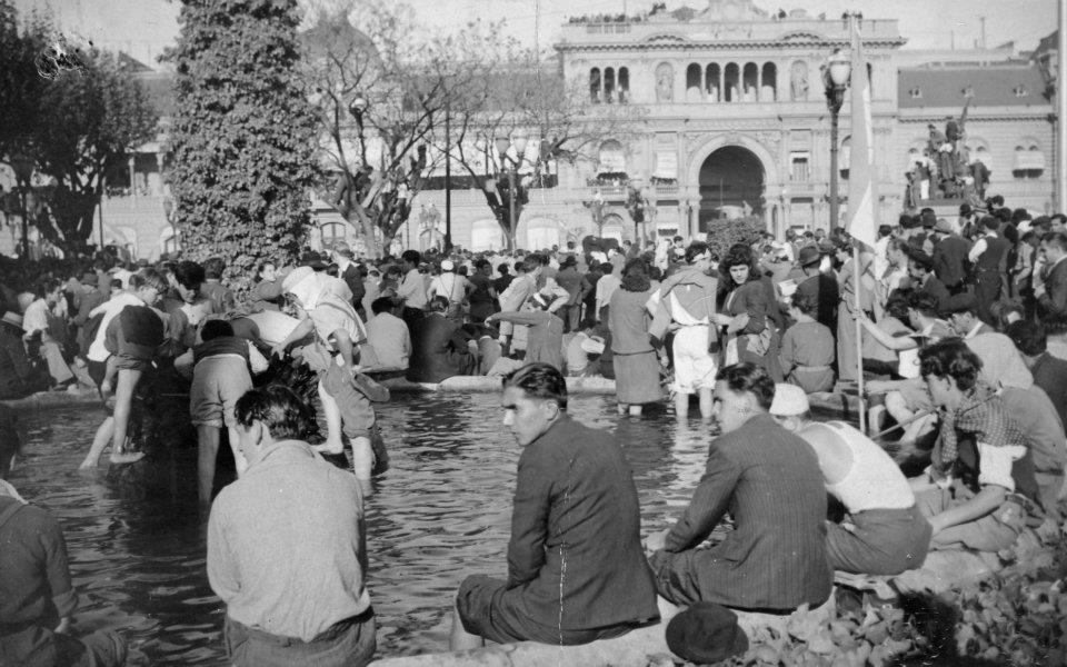 ¿La flor y la tortuga? - Página 3 Archivo_General_de_la_Naci%25C3%25B3n_Argentina_1945_Buenos_Aires_Plaza_de_Mayo_el_17_de_octubre%252C_pies_en_el_agua