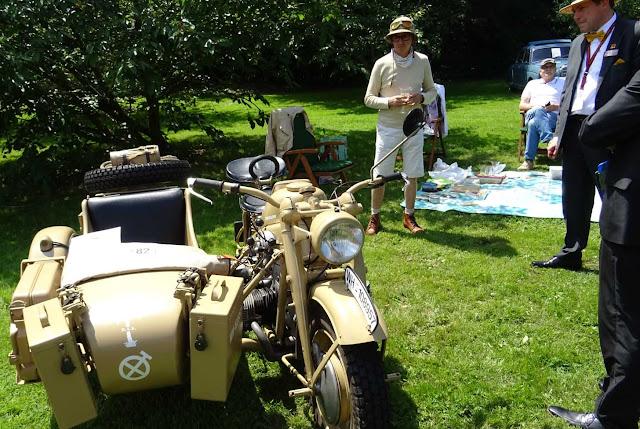 Vorkriegsmotorad mit Picknick und Safari Helm stellt sich der Jury.