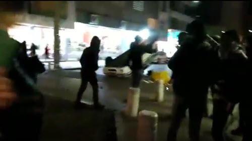 قلب الشباب الشجعان من أهالي مدينة مشهد سيارة شرطة تابعة لقوى الأمن الداخلي ثم أضرموا النار فيها.