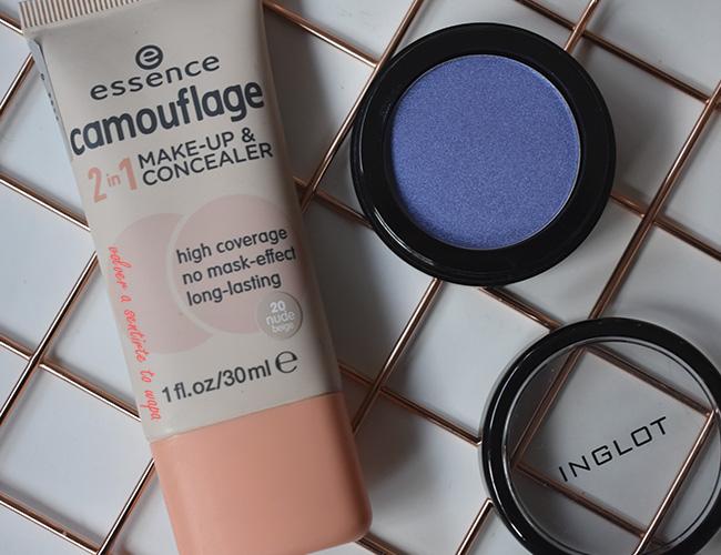Base de Maquillaje Camouflage de Essence y Sombra azul de Inglot - Pearl 438