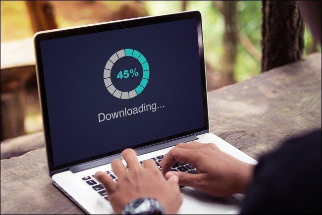"""مقياس تقدم """"تنزيل"""" على جهاز كمبيوتر محمول."""
