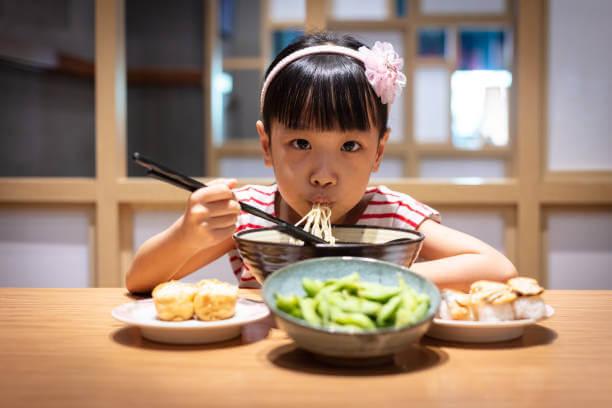 """Nhắc đến âm thanh, tiện kể luôn, người Nhật vốn ý nhị, làm gì cũng khẽ khàng, hạn chế tối đa việc gây ra tiếng động làm phiền những người xung quanh. Ăn uống, người Nhật càng giữ ý nữa. Người Nhật làm việc hăng say năng suất nhanh nhẹn hết mình bao nhiêu, đến giờ ăn, họ hoàn toàn """"hưởng thụ"""", trong im lặng."""