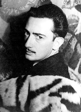 Foto de Salvador Dalí posando para la cámara