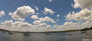 Outros barcos ancorados por perto.