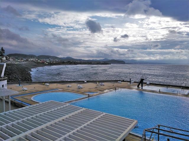 Piscina municipal junto al mar en Ribeira Grande en la isla de São Miguel en Azores