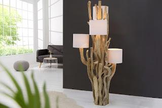 Zaujímavá stojací lampa s dřeva.