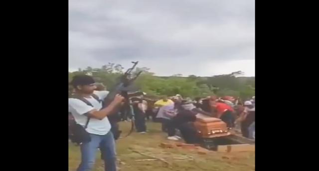 Video: Música de banda y tiros al aire con las metralletonas; Así fue enterrado y despedido El Comandante Leno del Cártel del Golfo