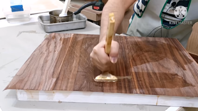 الضغط على سطح الخشب بإستخدام شاكوش اللصق