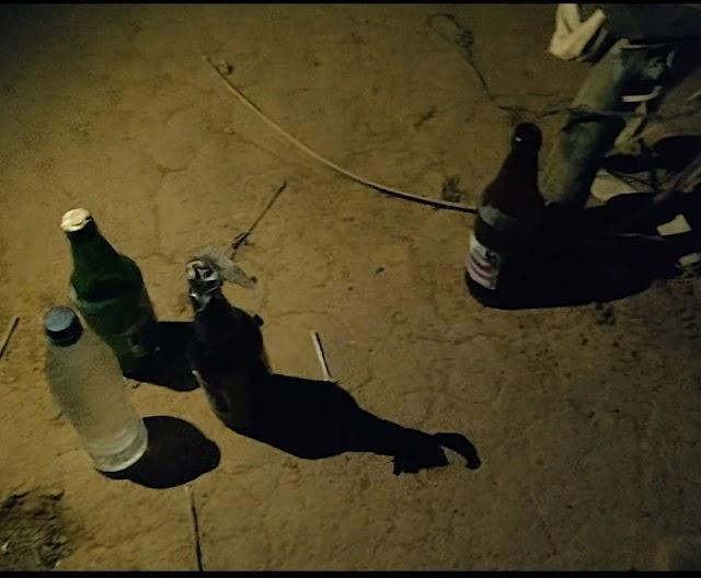अवैध शराब के अड्डे पर DSP की दस्तक.. रात में ग्राहक बनकर सिविल ड्रेस में अनगोरी के जंगल मे पहुंची पुलिस..10 लीटर अवैध शराब के साथ महुआ व लहान सहित बड़ी मात्रा में शराब बनाने की सामग्री भी पकड़ी..
