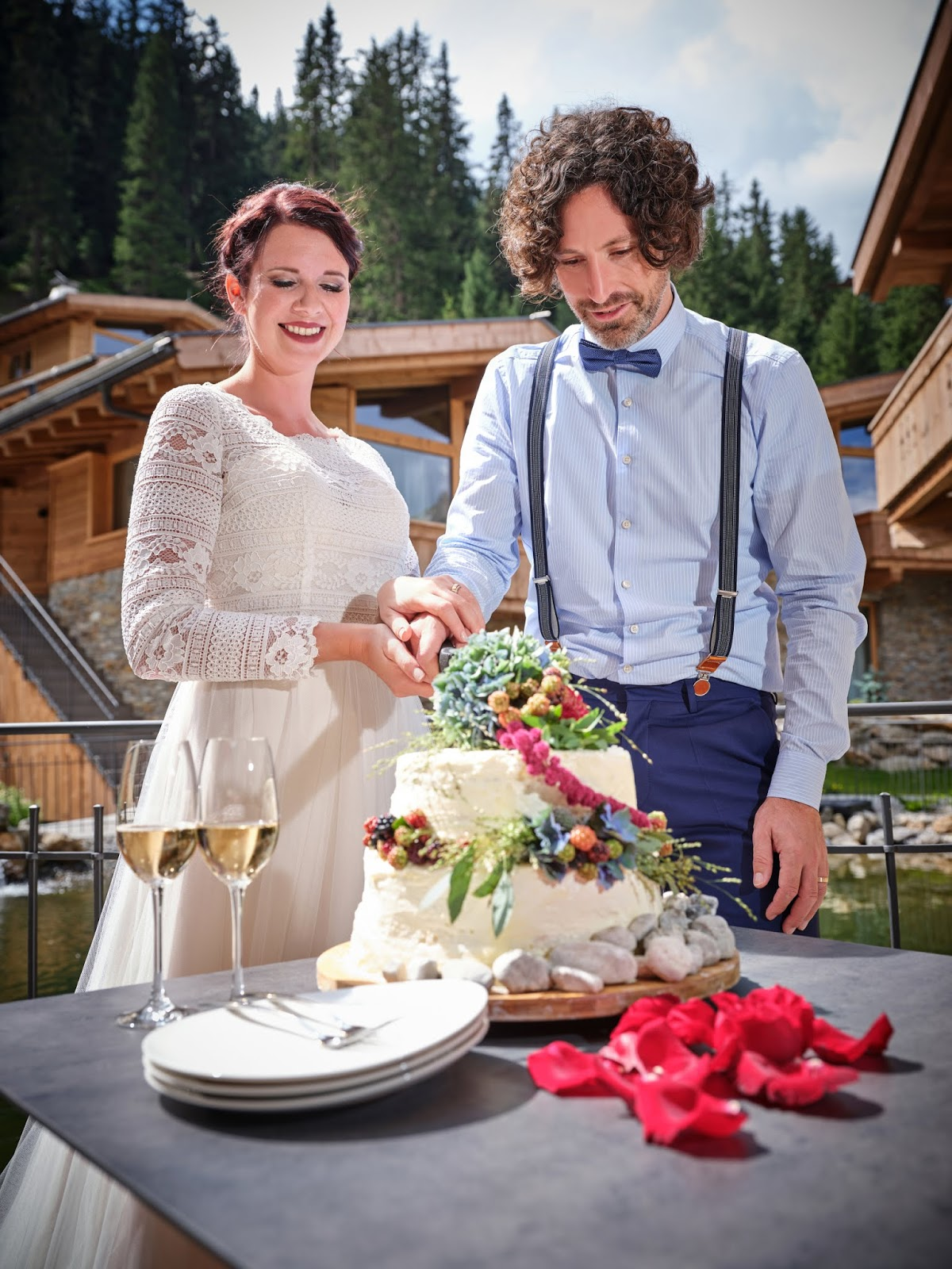Hochzeitstorte, cutting the cake, Tortenanschnitt, Bergromantik, romantische Berghochzeit, Boho Mountain Wedding, Hochzeitscocktail, Berghochzeit in Tirol, Mountain wedding, Pure Resort Pitztal, Fotograf Marc Gilsdorf Alpenwedding, Hochzeitsplaneragentur 4 weddings & events, Uschi Glas, Styled Shooting, Destination Wedding Austria, Braut und Bräutigam Shooting, heiraten in den Bergen, visittirol