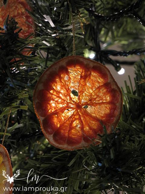Αποξηραμένα φρούτα για χριστουγεννιάτικα στολίδια.