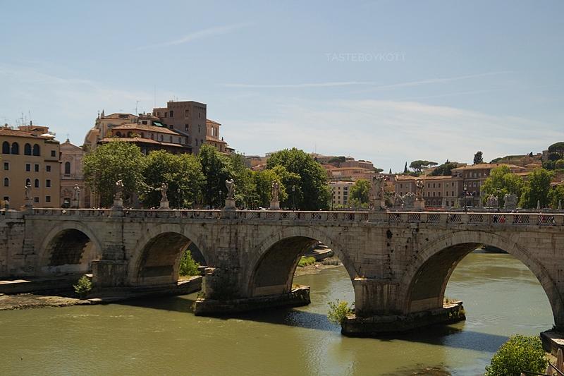 Brücke bei der Engelsburg über den Tiber in Rom - Städtetrip nach Rom im Juni