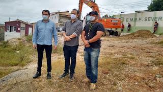 Prefeito Olivânio acompanhado do vereador Jean Barros acompanham ações de infraestrutura na sede do município
