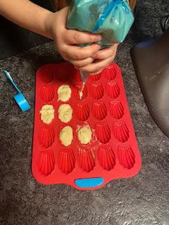 Remplissage de pâte moule mini madeleines