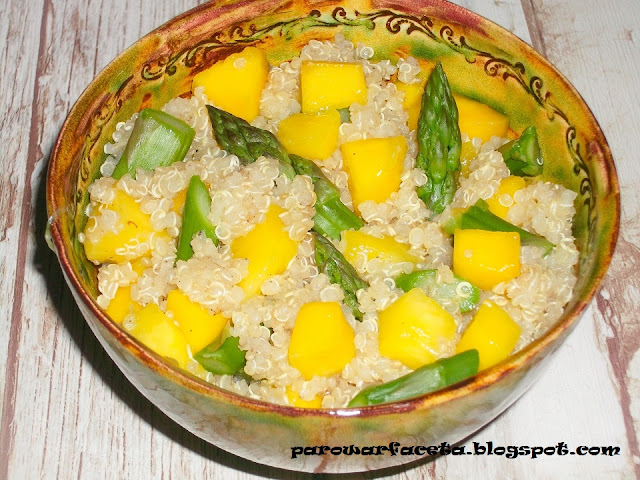 przepis na komosę ryżową z owocami i szparagami na parze