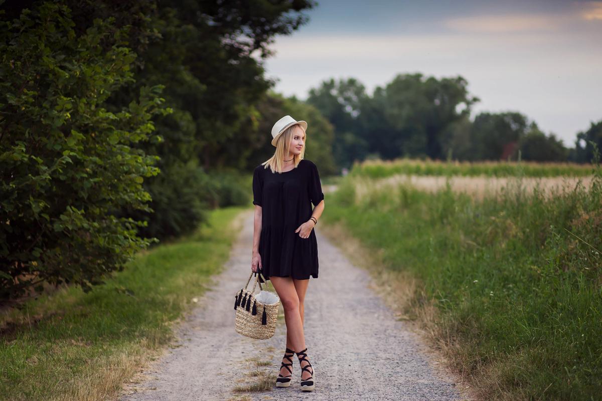 fashion, moda, czarna sukienka, blondynka, ladna dziewczyna, usmiech, kapelusz, jak sie ubrac