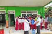 Tim Relawan Covid-19 Desa Mangun Jayo Bagi-bagikan Masker