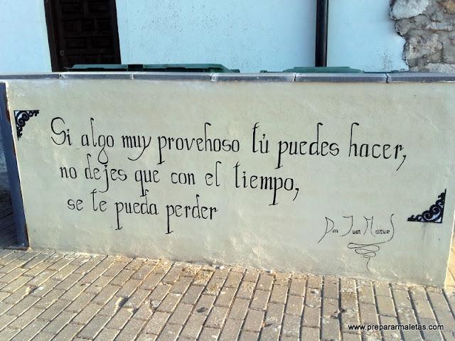 de paseo por las calles de Alarcón en Cuenca
