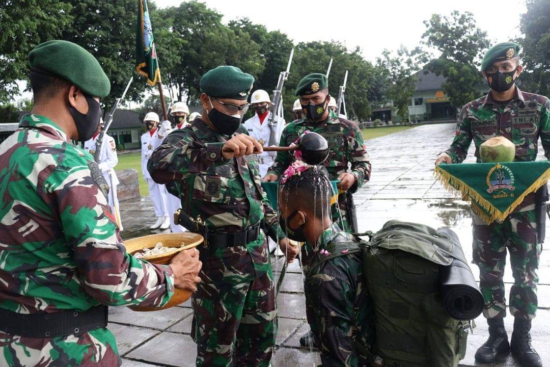 Brigif MR 6 Kostrad Gelar Tradisi Pengukuhan Warga Baru di Surakarta