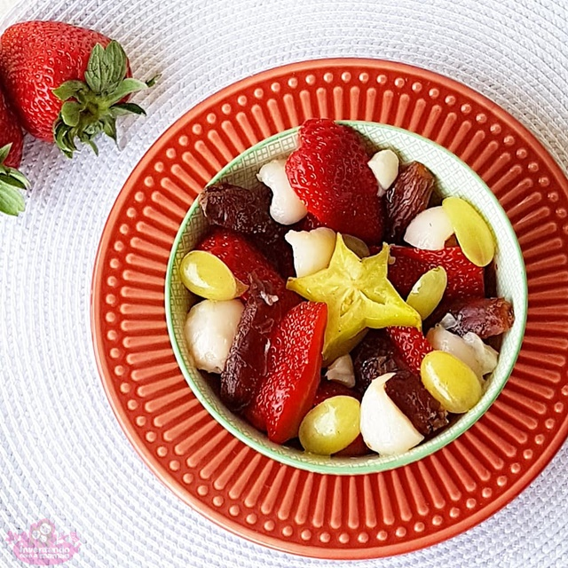 Salada de frutas com morango, uva verde, tâmara e lichia.