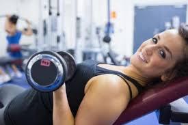 Tập tạ là bài tập gym không thể thiếu để giảm cân cho chị em phụ nữ
