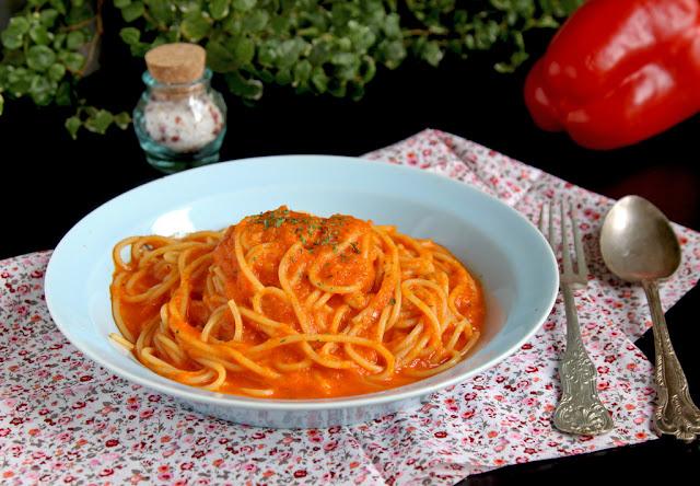 makaron z sosem paprykowym