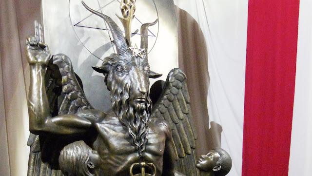 """El Templo Satánico amenaza con demandar al estado de Misisipi si coloca la palabra """"Dios"""" en su bandera"""