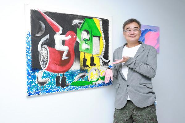 陳昇以招牌短褲搭配休閒西裝外套,出席自己與好友藝術家黃志偉籌備已久的畫展