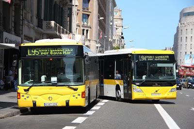 Línies de l'AMB que tenen el terminal a la ronda Universitat. La de l'esquerra, la L95, mantindrà el seu terminal, mentre que la L94 el mourà a un altre punt de la ciutat / Imatge d'arxiu - Carlos Martínez