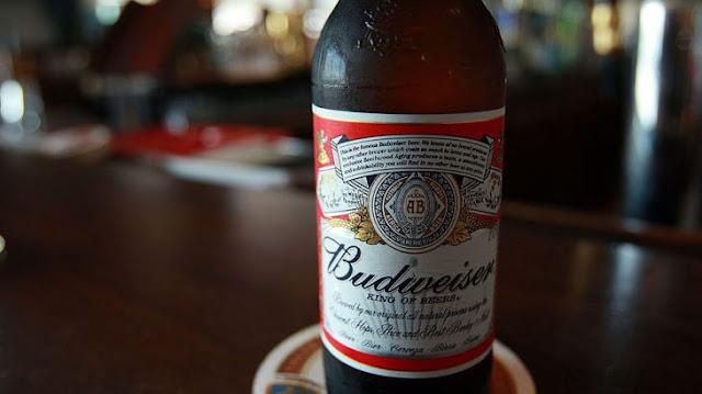 Así es como hacen Budweiser falsa en China, y es muy perturbador