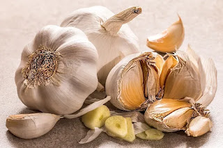 Benefits of Raw Garlic: Garlic is known for its health benefits.