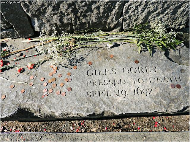 Tumbas Brujas Salem: Giles Corey - Aplastamiento con Piedras