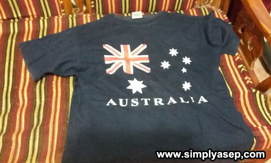 KAOS AUSTRALIA : Inilah satu hela T-shirt Australia oleh oleh perjalanan Ayu dari kunjungan kerja di Australia sekitar tahun 2003 yang lalu yang masih saya simpan dengan baik. Foto Asep Haryono