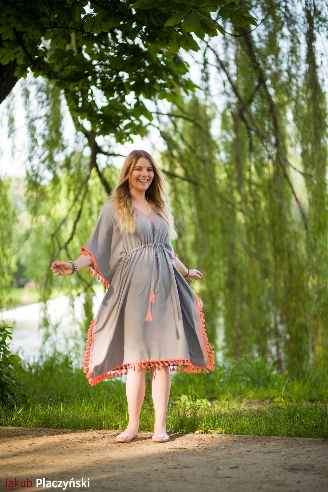 9  sukienka szara z frędzlami maxi na lato bonprix sukienki na wakacje bizuteria piotrowski kryształy svarowskiego letnia stylizacja melodylaniella buty masujące nogi oka-b mivo shoes