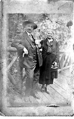 Photo de famille : couple et deux personnes.