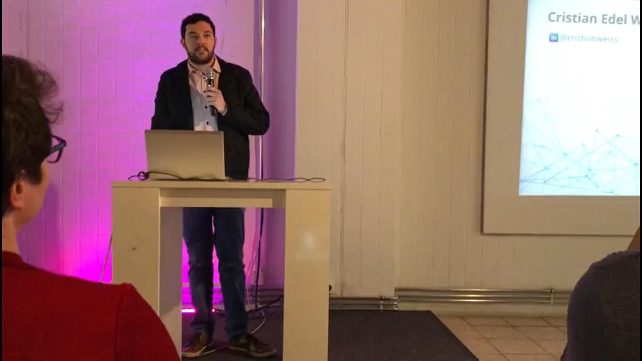 Cristian Edel Weiss palestra no evento Hacks/Hackers em Berlim, Alemanha