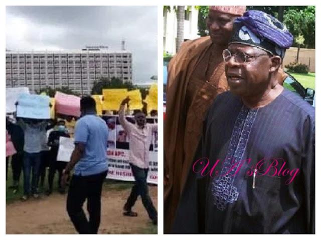 Breaking: Protesters Storm Abuja,Call For The Arrest Of Tinubu Over Bullion Van Saga.